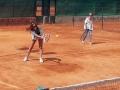 Jóvenes con cáncer - lecciones de tenis - Estela y Elena practican en el el Club de Tenis