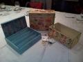 Sorteo en la cena de compañeros de colegio - cajas y velas decoradas