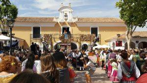 Engalanando a la Virgen de los Llano con las 'flores solidarias' para Vencer el Cáncer