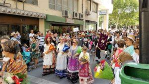 Mujeres albaceteñas recorrenMujeres albaceteñas recorren las calles con los ramos para la ofrenda a la virgen de los Llanos - Vencer el Cáncer las calles con los ramos para la ofrenda a la virgen