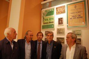 Bizcocho, García Soriano, Cardeñosa, Biosca y Del Pozo en la exposición del Betis para ayudar a Vencer el Cáncer