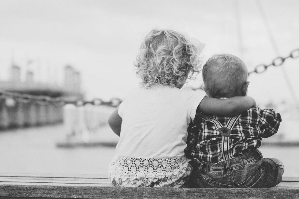 Dos pequeños abrazados