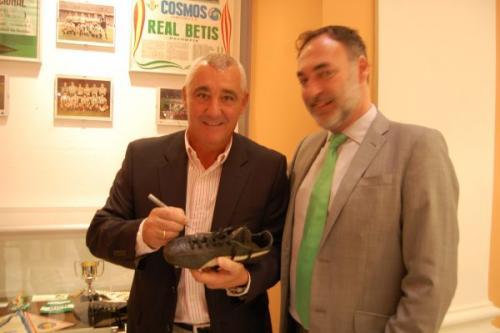 Rincón firma sus botas en la exposición bética para ayudar a Vencer el Cáncer