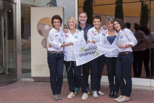 Estevan Varadé entregó a las tripulantes del RetoPelayoVida la bandera de Vencer el Cáncer